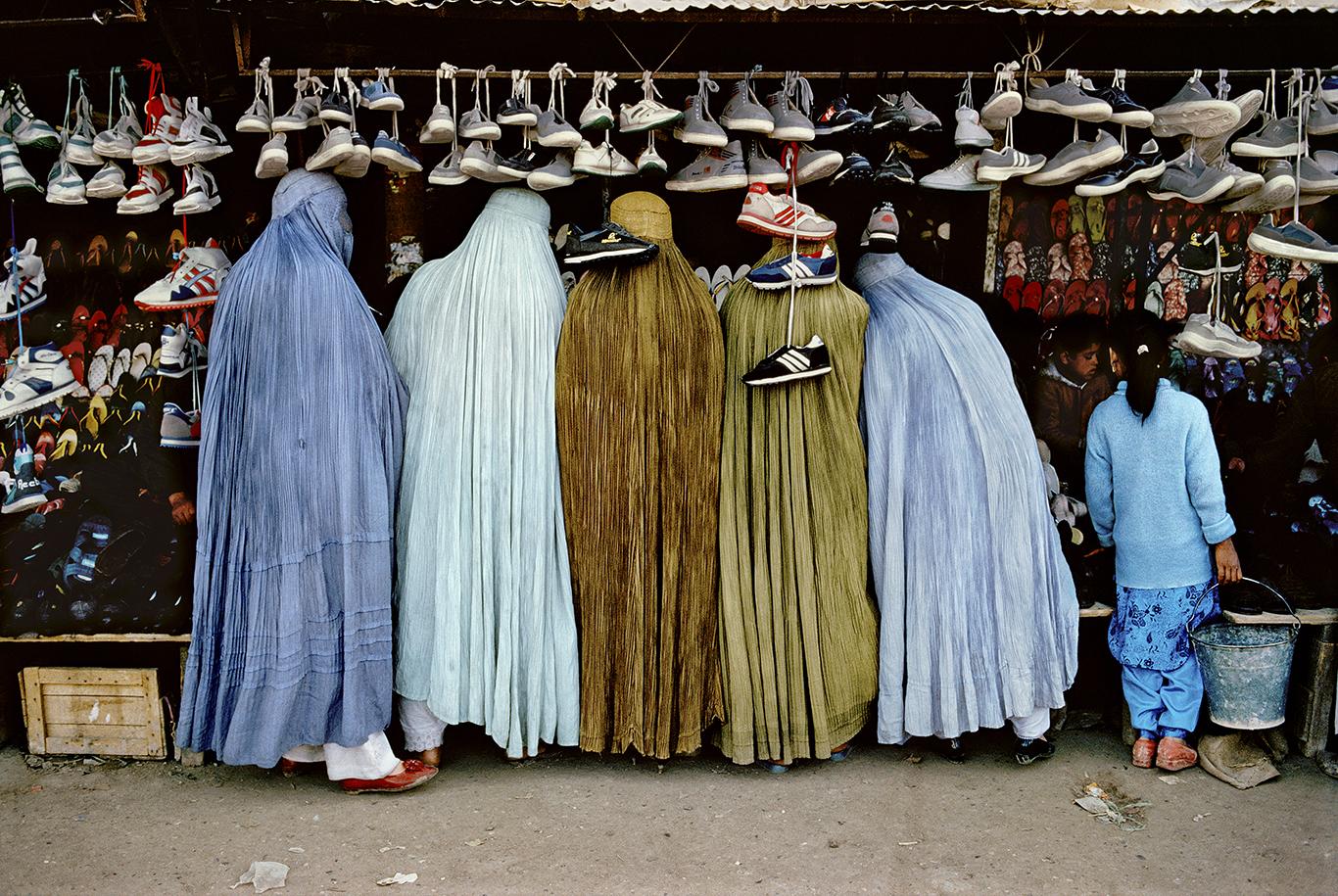 Стив МакКарри. Женщины в магазине обуви. Кабул, Афганистан, 1992
