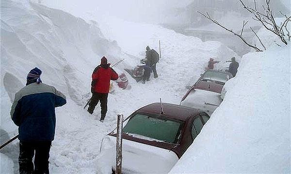 В США лавины перекрыли одну из главных автодорог