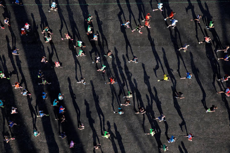 Участники 41-го Парижского марафона на Елисейских полях, Париж