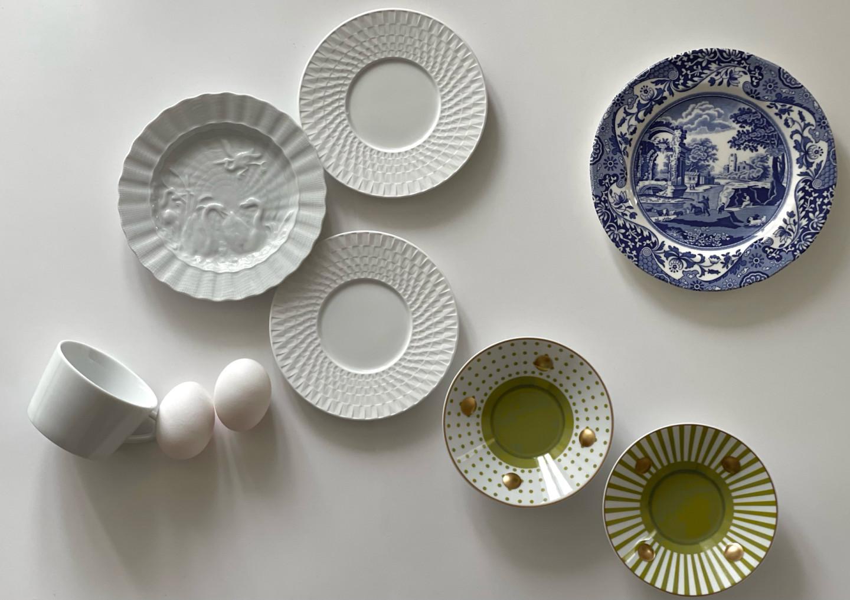 Тарелка с лебедями, Meissen («Дом фарфора») Чашка и блюдца Twist Blanc, блюдца Delphos, Knossos, Bernardaud (ЦУМ) Тарелка «Голубая Италия», Spode («Дом фарфора»)