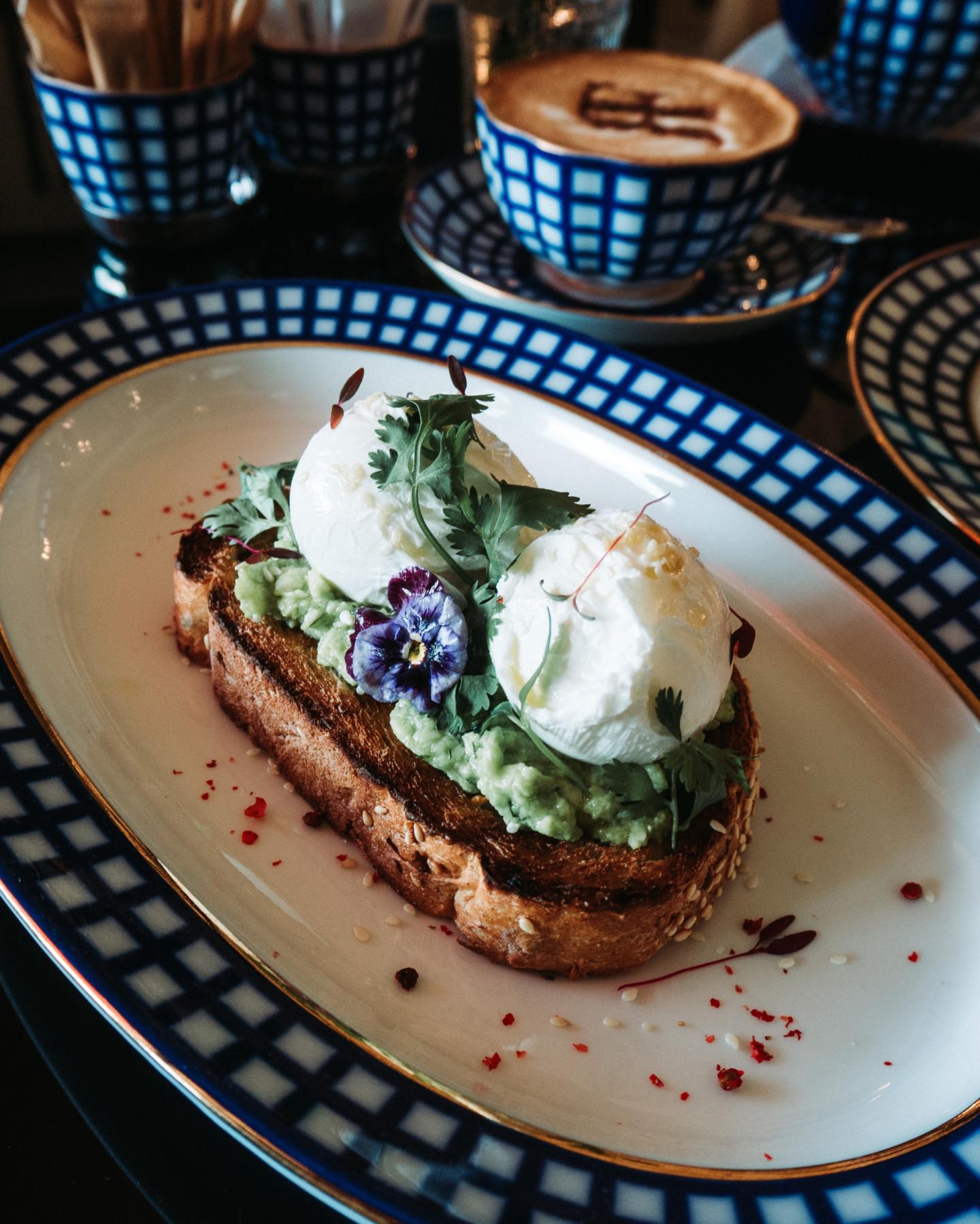 Яйцопашот с авокадо на цельнозерновом хлебе