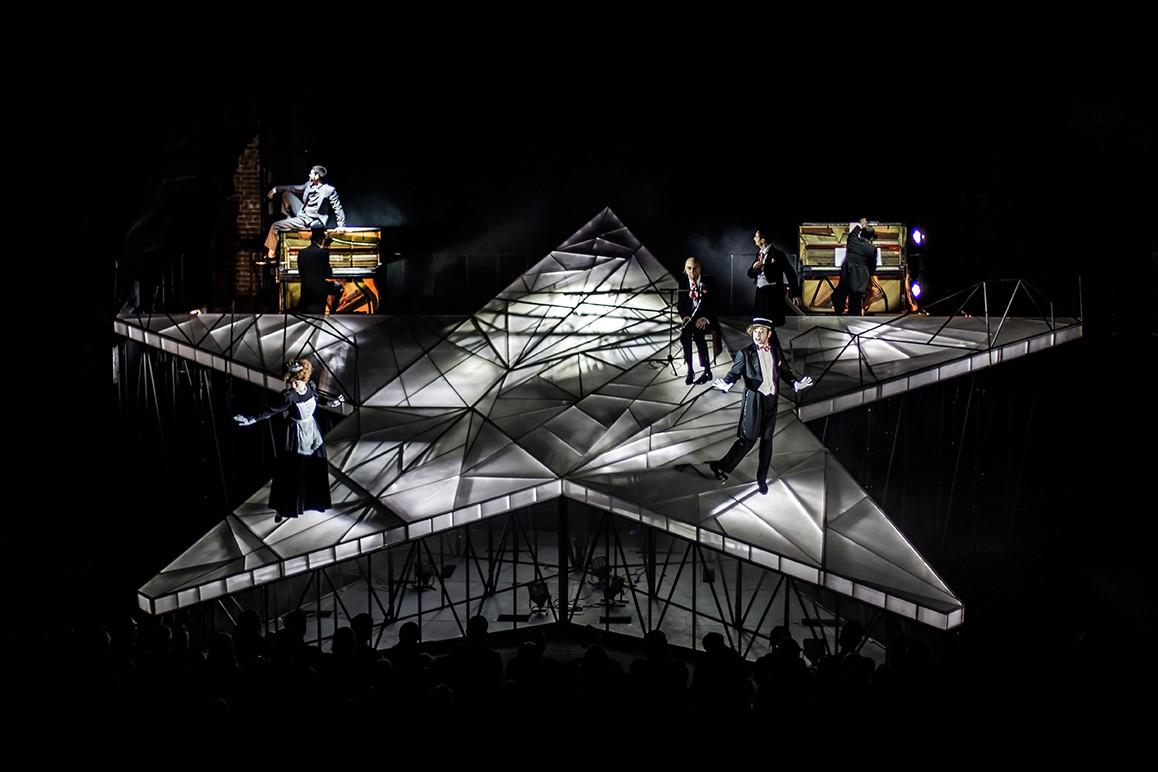 Сцена из спектакля «Кузмин. Форель разбивает лед»