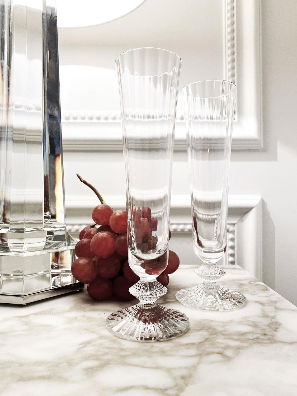 Настольная лампа Krysta, хрусталь, 361 150 руб. Бокалы для шампанского Mille Nuits, хрусталь, 14 300 руб.