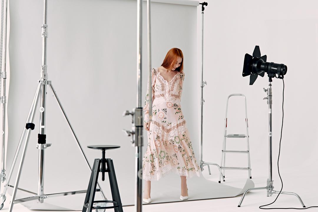 На Марте: платье, туфли — всеErmanno Scervino