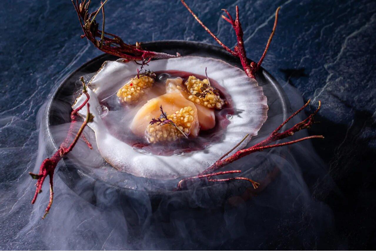 Сахалинский гребешок с ветками черной смородины