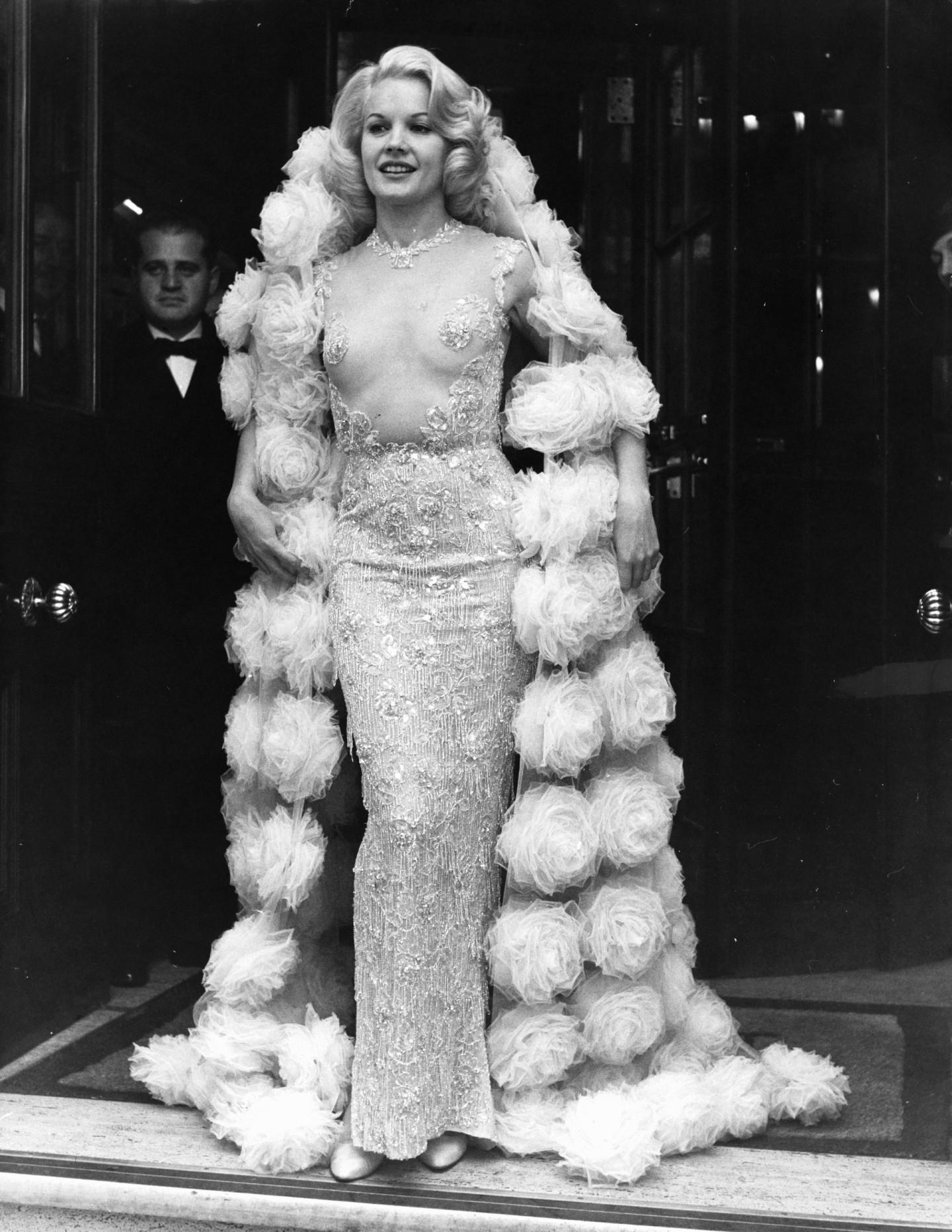 Кэролл Бейкер в платье Balmain на премьере фильма «Воротилы» в Лондоне, 1964