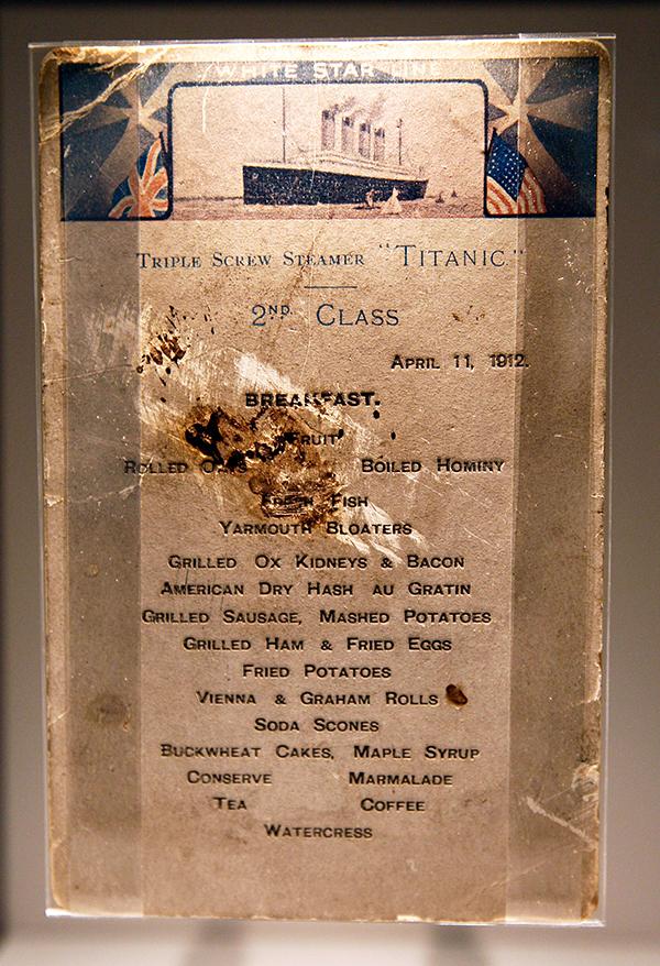 Меню завтрака для пассажиров второго класса «Титаника» выставленное в SeaCity Museum в Саутгемптон, Англия