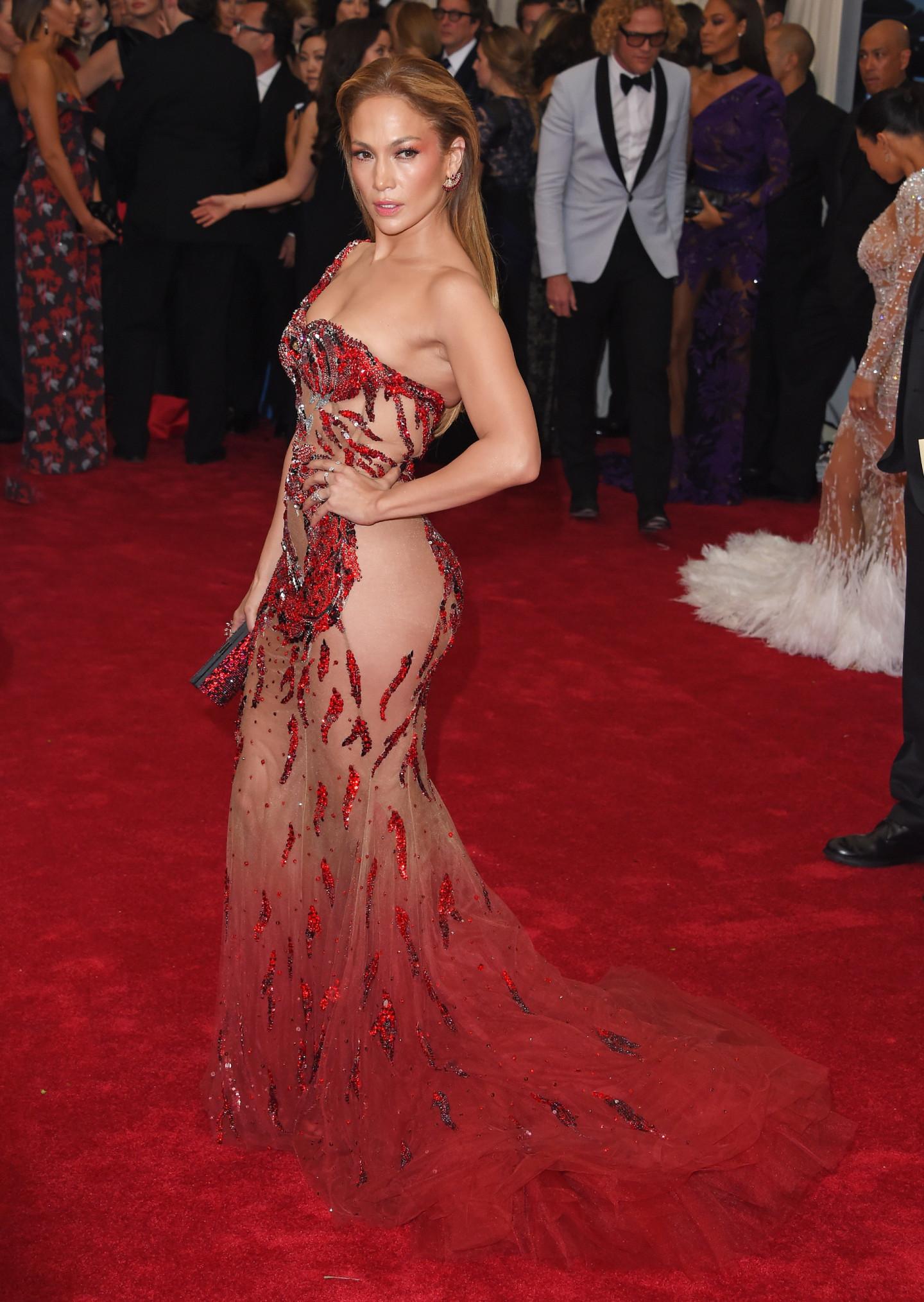 Дженнифер Лопес в платье Versace на Met Gala, 2015
