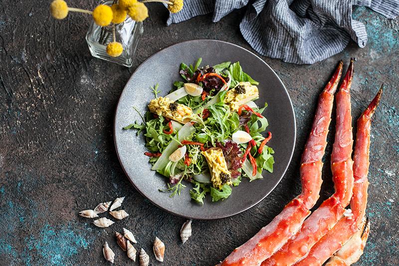 Салат с мясом камчатского краба, белой спаржей, хрустящим сельдереем, перепелиным яйцом и шафрановым майонезом