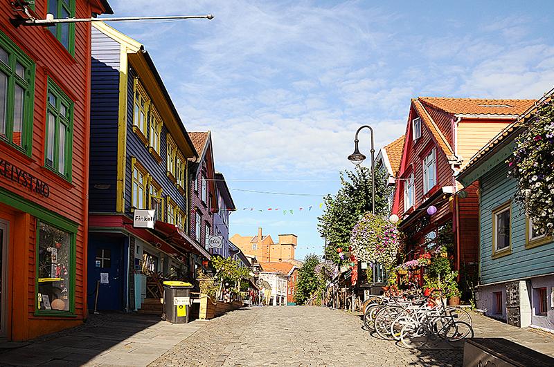 Главная барно-ресторанная улица города Овре-Холмегате с ее разноцветными домами