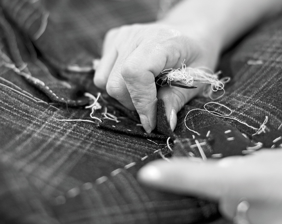 На пошив одного галстука в среднем уходит 30 минут, пары кроссовок — три часа, рубашки — четыре, пиджака — 16, а пальто — 18 часов