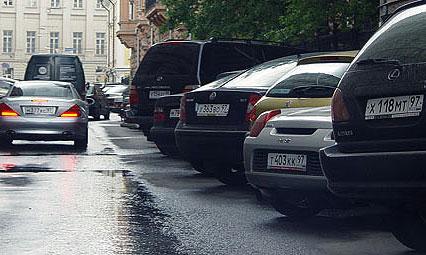 Любая припаркованная на обочине машина снижает пропускную способность дороги