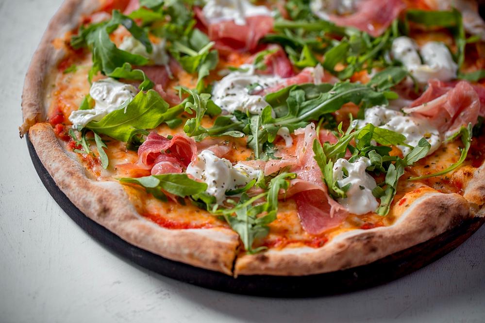 Пицца с пармской ветчиной и страчателлой