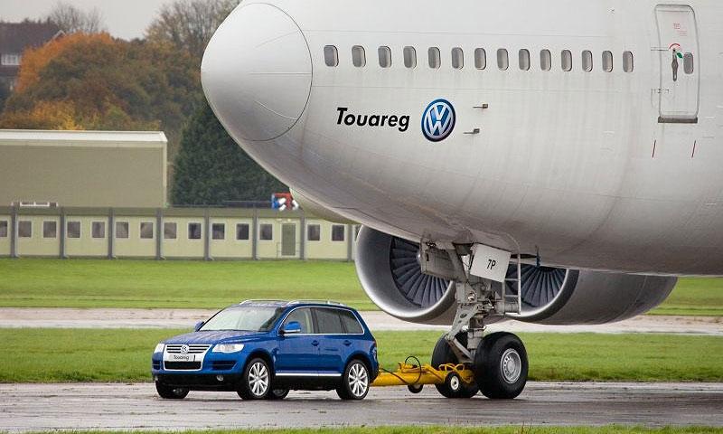 Volkswagen Touareg протащил Boeing 747 весом 155 тонн