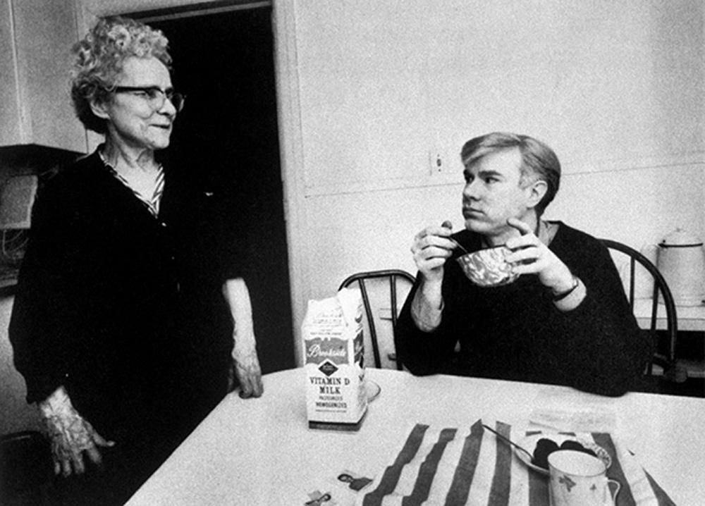 Энди Уорхол с мамой