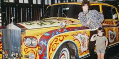 Одним из владельцев «пятого» Phantom был Джон Леннон. Певец оснастил свой лимузин радиотелефоном, телевизором и холодильником, а заднее сиденье машины превращалось в двуспальную кровать. Естественно, ему не нравился «протокольный» черный цвет, в результате лимузин был выкрашен в стиле цыганского фургона. Однажды владелец психоделической машины даже был атакован пожилой женщиной. «Свинья, как ты мог сотворить такое с Rolls-Royce», – кричала она, размахивая зонтиком.