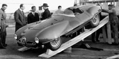 Alfa Romeo Disco Volante  В начале 1950-х были популярны не только космические полеты, но и корабли пришельцев – газеты регулярно пишут о новых очевидцах «летающих тарелок». Спустя несколько лет модным словом назовут серию экспериментальных спорткаров, созданных Alfa Romeo и ателье Carrozzeria Touring. Приземистые кузова «летающих тарелок» – так переводится название Disco Volante –стремились сделать максимально обтекаемыми и даже испытывали их в аэродинамической трубе.