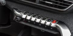 Клавиши на центральной консоли удобны. Жаль только, что «аварийная» расположена с правого края.