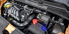 Мотор 1.6 допускает заправку 92-м бензином. Штатная нижняя защита выглядит как полумера, а надежную пластину предлагают заказывать у дилеров. Оригинальная система выпуска по идее снижает шумы и вибрации.