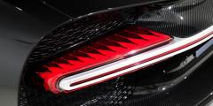 Bugatti Chiron – еще один ярчайший пример того, как внешность концепта почти без изменений реализована на серийном автомобиле. Например, высота головной оптики составляет всего лишь 90 мм, а заднюю часть автомобиля украшает светодиодная полоса во всю ширину кузова
