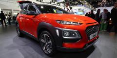 Kia Stonic  Kia Stonic — соплатформенный брат Hyundai Kona, но с меньшим на 9 л багажником. Построенный на базе Rio автомобиль будет продаваться с тремя моторами: двумя бензиновыми и одним дизельным.