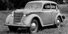 Москвич-400  Москвич-400 стал первым советским легковым автомобилем индивидуального пользования.Это, посути, копия довоенного Opel KadettK38, которыйсоветские специалисты получили вГермании порепарациям. Другое дело, чтовГермании почти несохранилось ниоборудования дляпроизводства, нидокументации. Все это советским специалистам пришлось создавать заново поимеющимся образцам модели, причем часть работы выполняли вГермании. Выпуск наладили уже в1946г. дажебезгосударственных приемочных испытаний. Официальный сертификат машина получила тольков1949 году.