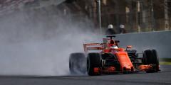 McLaren MCL32 Пилоты: Фернандо Алонсо, Штоффель Вандорн Наиболее значительные перемены во внешнем виде затронули McLaren. После 20 лет выступлений в серебряном цвете британская команда вернулась к «исторической» оранжевой гамме: именно в таком виде боролись за очки самые первые McLaren 1960-х. Возвращение к корням не нашло поддержки у болельщиков: оказалось, что новая расцветка McLaren практически полностью копирует болид Формулы-1 Spyker 2007 г., а также оформление прототипа LMP2 Романа Русинова, на котором россиянин выступает в гонках на выносливость.