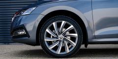 Для Octavia доступны 7 вариантов колес: от штамповок R16 до литых R19. На последние цены пока не объявлены, но они скоро появятся в конфигураторе. Видимо, одновременно с выходом двухлитровой версии (II квартал 2021 года).