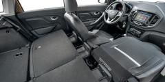 Максимальный объем для груза – 1514 л. В комплектациях Comfort и Luxe под правым креслом появляется лоток, а спинка складывается вперед, что упрощает перевозку длинномеров.