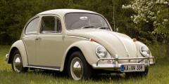 В июле 2003 г. с конвейера в мексиканском городе Пуэбла сошел последний VW Beetle, ставший самым массовым автомобилем в истории. Доступный «Жук» с обтекаемым кузовом и задним расположением мотора был разработан при Фердинандом Порше еще в конце 1930-х. Он стал по-настоящему народным: популярность машины достигла пика в 1971 г. – 1,3 млн машин. А всего за 70 лет было выпущено более 20 млн «Жуков» – абсолютный рекорд.