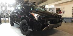 Toyota Prius-X от Dazel  Четвертое поколение Toyota Prius обзавелось полным приводом – задние колеса вращает отдельный электромотор мощностью всего 7 лошадиных сил. Значит, можно отправляться на бездорожье, решили в ателье Dazel. Гибридный седан получил лифтованную на 50 мм подвеску, расширители колесных арок под зубастые шины, силовой обвес и экспедиционный багажник.