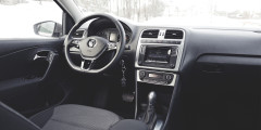 Кнопки на руле и круиз-контроль на левом рычажке предлагаются за доплату для Polo в дорогой комплектации Highline.