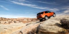 Карабкаться по скале Discovery помогает специальный режим «Камни» и внедорожный автопилот.