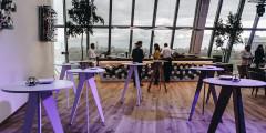 В кафе Такуми можно перекусить, назначить деловую встречу или провести мероприятие. Внутреннее пространство может трансформироваться в зависимости от запроса и превращаться в фуршетную площадку или зрительный зал.