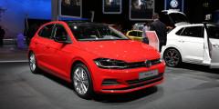 Volkswagen Polo  Одна из главных новинок автосалона — Volkswagen Polo нового поколения. Модель построена на укороченной версии платформы MQB. Внешне машина сохранила привычную стилистику, но получила фары а-ля новый Golf.