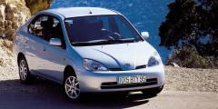 В 2000 г. Toyota начала продажи своего первого гибрида Prius в США и Европе. В следующем году автомобиль попал в тройку финалистов европейского «Автомобиля года», уступив Alfa Romeo 147. Одну из машин приобрел Леонардо ди Каприо, а позже экологичным автомобилем заинтересовались и другие голливудские знаменитости. Настоящий успех пришел к «Приусу» второго поколения, поставившему рекорд американских продаж.