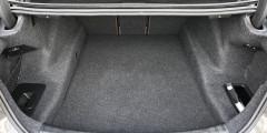 Объем багажника новой «пятерки» – 530 л, спинка дивана состоит из трех частей