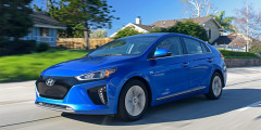 Hyundai Ioniq Electric  Корейский электрокар Hyundai Ioniq Electric совсем чуть-чуть не дотянул до показателя Volkswagen e-Golf — на одной зарядке он способен проехать 200 километров.