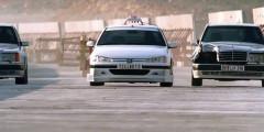 «Такси» (1998)   Все фильмы франшизы «Такси» так или иначе связаны с очень быстрой ездой главного героя-таксиста на Peugeot 406 по Марселю. Первый фильм серии сразу полюбился благодаря таланту режиссера и сценариста Люка Бессона, отличной игре всех актеров, бодрому саундтреку и не дающему расслабиться монтажу гонок. Финальная сцена преследования автомобиля главного героя двумя Mercedes-Benz 500E смотрится на одном дыхании.