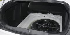 Крышка багажника снабжена двумя удобными ручками, но чтобы ее закрыть, приходится прилагать усилие.