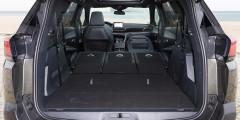 Багажную дверь у топ-версии можно открыть бесконтактным способом, пнув воздух под задним бампером. Максимальная грузовместимость 7-местной версии без демонтажа третьего ряда — 2042 л.