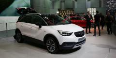 Новый кроссовер Opel Crossland X пришел на смену модели Meriva. Он создан совместно с альянсом PSA Peugeot Citroen и получил французскую платформу и двигатели. Задние сиденья можно сдвигать, увеличивая объем багажника с 410 до 510 литров. В списке оснащения есть панорамная крыша, светодиодные фары, автопарковщик, но привод только передний.