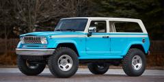 Jeep Chief 2015  Jeep Wrangler—машина времени дляMopar. Если постараться, его можно превратить нетольковWillys илиJeepCJ, нодаже вCherokee SJ из1970-1980 годов. Получилось очень похоже: характерная хромированная решетка, двухцветный окрас. Ради правдоподобия задние двери Jeep Chief замаскировали, лишив рамок иручек—прототип был трехдверным.