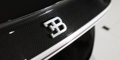 Несмотря на обилие углепластика и крылатых металлов в конструкции кузова, Chiron не назовешь легким: вес гиперкара составляет 1995 килограммов. Кузов имеет развитую аэродинамику, а на больших скоростях машину удерживает на дороге гигантское антикрыло с изменяемым углом атаки