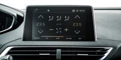 Спорная идея: все управление климатической установкой только на сенсорном экране. При этом сам экран немного развернут к водителю.