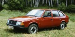 Москвич-2141  Известно, чтопрототипом переднеприводного «Москвича-2141» стал французский автомобиль Simca 1308, признанный «Автомобилем 1976 года» вЕвропе. Однако отнего столичные инженеры заимствовали толькообщую компоновку кузова. Двигатель установили продольно, отторсионной задней подвески отказались. Коробку передач разработали заново—подобных агрегатов вСССР небыло. Особенности компоновки заставили сдвинуть вбок радиатор. Зато пассивная безопасность машины оказалась навысоте.