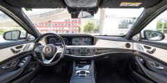 Основное новшество в интерьере S-Class – трехспицевый руль, с новыми блоками кнопок с тачпадами для управления мультимедией и бортовым компьютером.