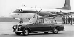 «Шестой» Phantom продержался в производстве дольше всех – с 1968 по 1990 гг., но за это время построили всего 374 машины. Автомобиль стал последним Rolls-Royce с отдельным шасси и к концу производства выглядел довольно архаично: 3-ступенчатый «автомат» и барабанные тормоза. Большинство кузовов изготовило ателье Mulliner Park Ward, и делало это очень неспешно. Специальный автомобиль с более высокой крышей был подарен королеве Елизавете II на 50-летие. Позже он стал свадебным лимузином для Кейт Миддлтон и принца Уильяма.