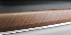 Выпуклые панели из натурального дерева делают интерьер S90 уютным