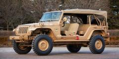 Jeep Staff Car 2016  «Штабной» Jeep Staff Car построен помотивам самого первого «джипа»— военного WillysMB. Машина допредела упрощена, каки подобает армейскому внедорожнику. Мягкий верх лишен боковин, кузов—дверей, анасиденьях тряпочные чехлы защитного света. Снаружи закреплены канистры ишанцевый инструмент. Бензиновый мотор V6 работает впаре смеханической трансмиссией.